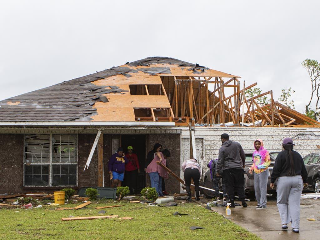Die Zerstörungen an den Häusern, die der Tornado in Monroe (Lousiana) angerichtet hat, sind gewaltig.