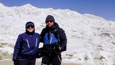 Roman Imhof und Isabella Callegari während ihrer Wanderung über die verschneiten Berge von Nepal. ((Bild: PD))