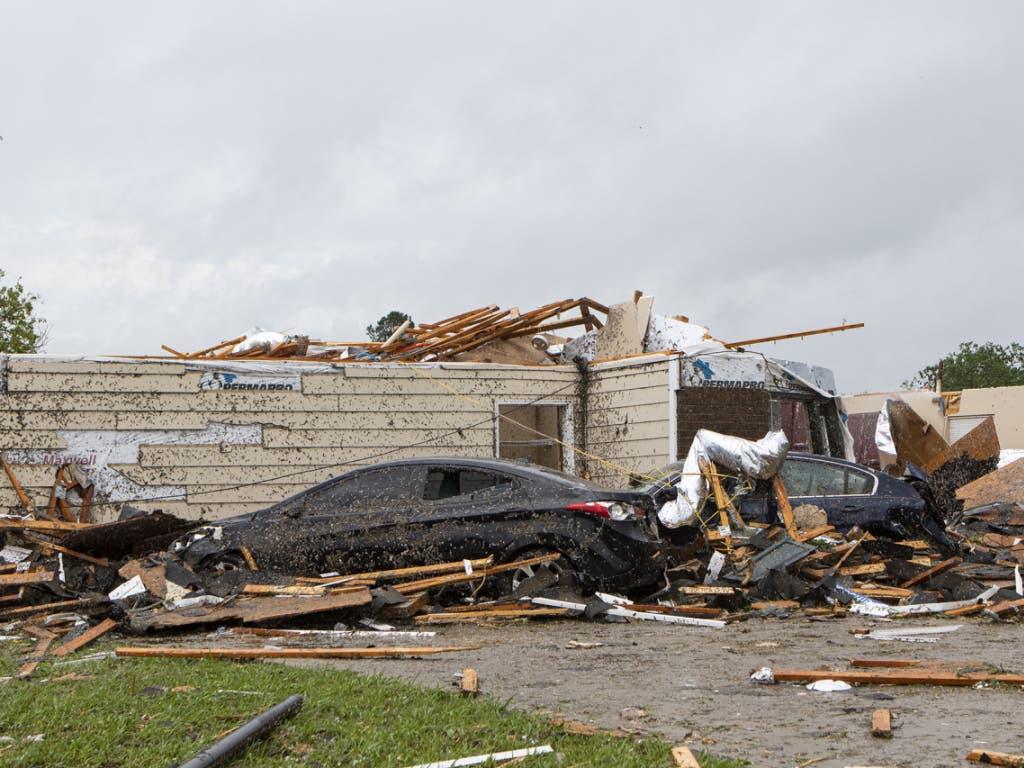 Eine Spur der Verwüstung hat ein Tornado am Ostersonntag in Monroe im US-Bundesstaat Lousiana hinterlassen. Häuser und Fahrzeuge sind schrottreif.
