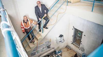 Bauleiter Frank Muggli und Stadtpräsident Markus Birk im erneuerten Reservoir Buechberg II. Unten rechts ist eine der neu eingebautenDrucktürenzu den Wasserkammern zu erkennen. ((Bild: Andrea Stalder))