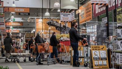 Hobbygärtner in Österreich drängen in die Baumärkte – wie hier in Wien. (Bild: Christian Bruna/EPA)