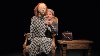 «Schnaps ist gut gegen Viren» -Klappmaulpuppe Gertrud und Frauke Jacobi im böse-lustigen Videogruss aus der Coronaquarantäne. (Bild: Screenshot)