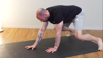Fit in den Mittag:Zwei Kraft-Übungen und ein Entspannungs-Tipp für eine aktive, aber erholsame Pause