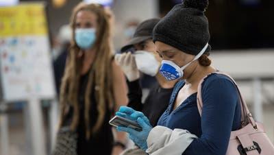 Passagiere stehen an für einenRückholflug, um sie von der Dominikanischen Republik zurück nach Hause zu bringen. (Orlando Barria / EPA)