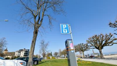 Für viele Städte und Gemeinden rund um den Bodensee ist die Sperrung der grossen Parkplätze eine geeignete Massnahme, um Menschenansammlung in Zeiten von Corona zu vermeiden. (Donato Caspari)