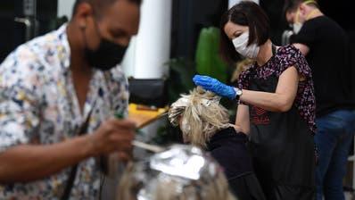 Coiffeure, die mit Masken arbeiten: In der Schweiz vielleicht bald Realität - wie bereits in Australien. (Bild: EPA/DAN PELED)