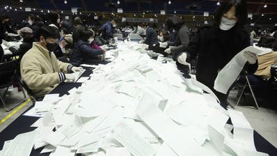 Auszählung der Wahlzettel:66,2 Prozent aller Wahlberechtigten haben inmitten der Coronavirus-Pandemie ihre Stimme abgegeben. (Ahn Young-Joon / AP)