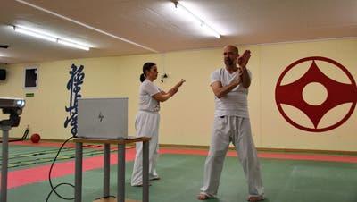 Der Verein KarateDo Obwalden trainiert seine Mitglieder per Videostream; im Bild die Trainer Klaus Ming und Eveline Wallimann. (Bild: PD)
