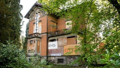 Das Haus an der Obergrundstrasse 101 in Luzern wurde in der Nacht auf Donnerstag besetzt. (Bild: Boris Bürgisser, Luzern, 16. April 2020)