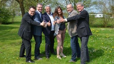 Aus dem Mörschwiler Gemeinderat treten Präsident Paul Bühler (rechts) und Martin Schmid (3. von links) zurück. Weiter zu sehen sind Gemeinderatsschreiber Bruno Stieger und die Gemeinderäte Thomas Oesch, Doris Schultz-Egger und Andreas Schmal. (PD)