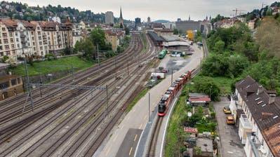 Die Züge der Appenzeller Bahnen fahren künftig nicht südlich des Güterbahnhofgebäudes vorbei, sondern auf der anderen Seite, entlang der SBB-Gleise. Neben dem alten Güterschuppen entsteht eine neue Haltestelle. (Benjamin Manser/27. Mai 2019)
