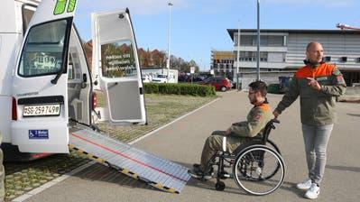 Valbon Bajrami demonstriert, wie man ebenso vorsichtig wie umsichtig einen Rollstuhlfahrer ins Auto schiebt. (Bild: Christof Lampart)