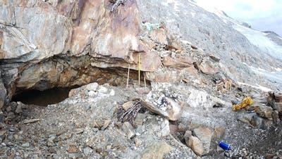 Blick auf die linkerhand liegende Quarzkluft mit dem im Hintergrund befindlichen Brunnifirn im Jahr 2019. Die Kluft wurde zur Kristallgewinnung schon vor über 8000 Jahren in der Mittelsteinzeit aufgesucht. (Bild: Marcel Cornelissen)