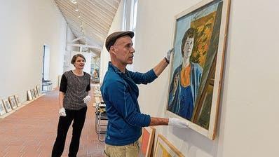 Die Kuratorin Stefanie Hoch mit Techniker Uwe Fuchs bei den Vorbereitungen für «Thurgauer Köpfe – Frauen erobern die Kunst» im Kunstmuseum Thurgau in Warth. (Bilder: Donato Caspari)