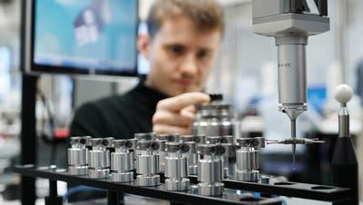 Produktion bei der SFS in einem Werk am Hauptsitz in Heerbrugg. (Bild: PD)