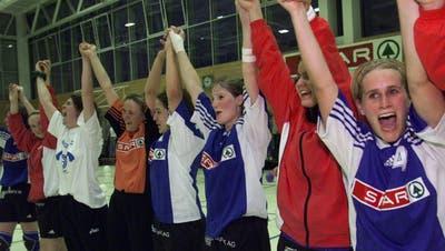 Nicole Fähndrich (Dritte von rechts), Andrea Kaufmann (Vordergrund) und die ganze Mannschaft, jubeln über den Meistertitel von Spono Nottwil.
