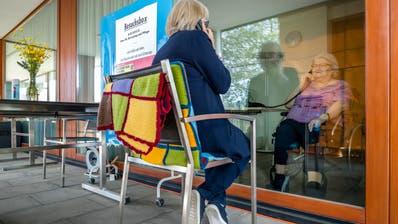 Besucherin Theres Mazzoni-Lustenberger (links) spricht mit ihrer Mutter Ida Lustenberger in der sogenanntenBesuchsbox. ((Bild: Philipp Schmidli , Horw 17. März 2020))