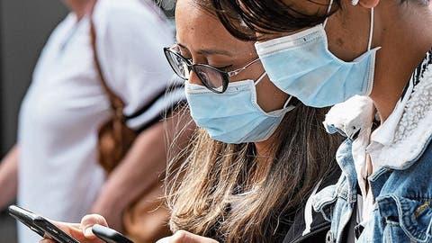 Kommen sich zwei Handys nahe, wird dieser Kontakt registriert. (Bild: Getty Images)