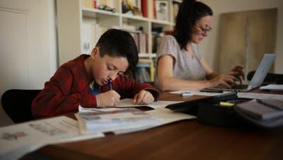 Während dem Corona-Lockdownfindet der Unterricht zu Hause statt. Ein Bubarbeitet für die Schule, während seine MutterHomeoffice macht. (Bild: Alessandro Della Valle / KEYSTONE)