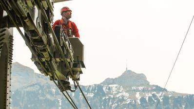 Nichts für schwache Nerven: Der Technische Leiter der Seilbahn Fabian Schocher auf der Seilbahn zum Hohen Kasten. (Bilder: Raphael Rohner)
