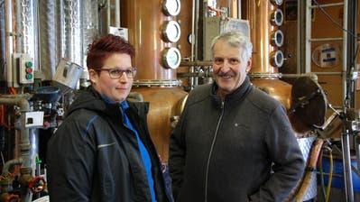 Bettina und Franz Stillhart: Tochter und Vater produzieren neben Schnaps nun auch Desinfektionsmittel. (Bild: Fabio Giger)
