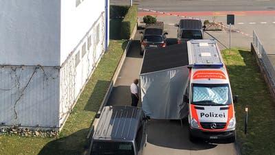 Die Polizei am Tatort im Wohngebiet Oberhofmatte in Emmen. (Bild: Leserfoto (Emmen, 2. April 2020))