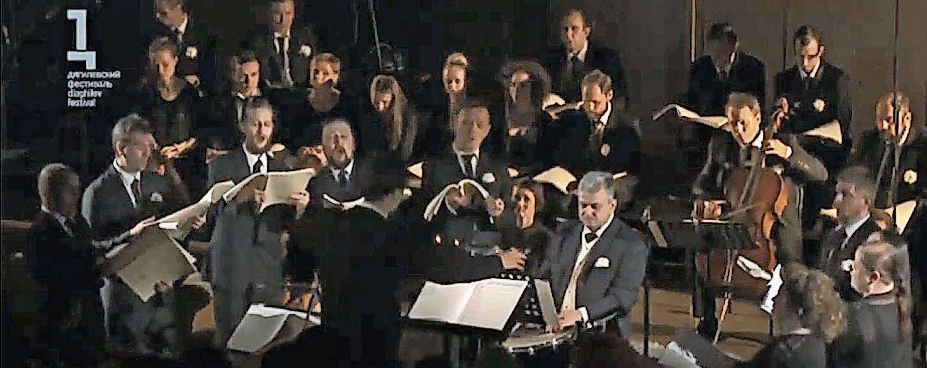 Teodor Currentzis tanzt vor seinem Orchester (unten) als Dirigent Tango im Einführungsvideo zu «Tristia» auf dem Youtube-Kanal von Lucerne Festival.