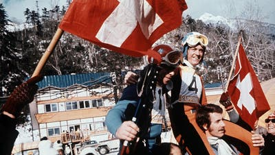 Abfahrts-Olympiasieger Bernhard Russi (rechts) und der Olympiazweite Roland Collombin (vorne links) auf den Schultern der Fans an den Olympischen Winterspielen in Sapporo 1972. (Keystone)