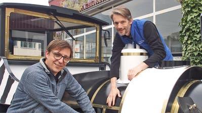 Die beiden Stanser Firmen Klingler Fahrzeugtechnik AG und Rölli Tec AG haben bereits den zweiten Masoala-Express für den Zoo Zürich hergestellt.  Im Bild die Geschäftsführer Marc Waeber, Klingler (links) und Felix Rölli, Rölli Tec AG . (Bild: PD)