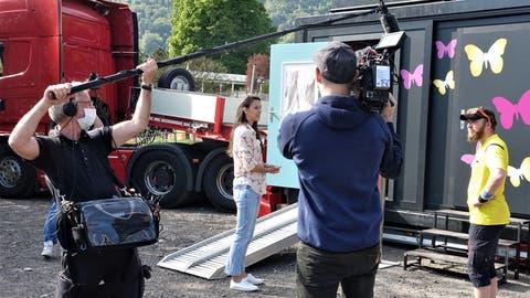 Im Fokus von Kamera und Mikrofon: Kiki Maeder im Gespräch mit einem Bewohner vor dem Container. (Bilder: Hanspeter Thurnherr)