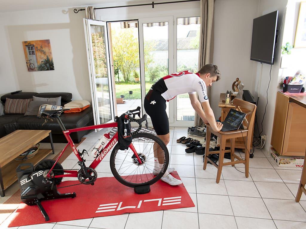 Der Schweizer Robin Froidevaux richtet sich vor dem Rennen in seinem Wohnzimmer ein.