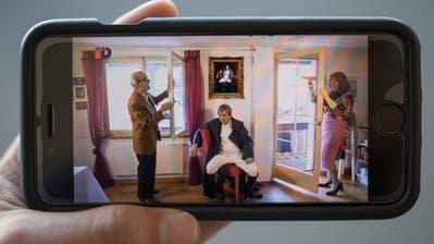 Überzeugt auch Streaming-Gegner: Thomas Götz als Arnold Schnyder, Napoleon und Sabine Schnyder in «Ergötzliches trotzt Krise» auf Tele D. (Bild: Benjamin Manser)