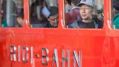Asiatische Touristen auf dem Weg zur Rigi. (Bild: Boris Bürgisser (Vitznau, 27. September 2019))