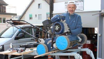 Beat Doebeli repariert seinen Vertekutierer auf dem Parkplatz seines Hauses in Wigoltingen. ((Bild: Manuela Olgiati))