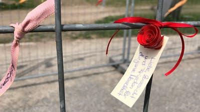 Eine von vielen Friedensbotschaft am Grenzzaun. ((Bild: Urs Brüschweiler))