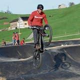 Biker brauchen Geduld, bis sie den neuen Pumptrack einweihen können