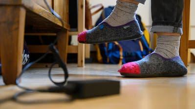 Wer zu Hause arbeitet, soll sich einen Tagesplan machen und regelmässig Pausen einlegen. (Bild: Sebastian Gollnow/Keystone)