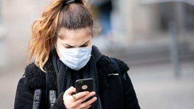 Mit einer App könnten die Infektionsketten des Coronavirus eruiert werden. Nach dem Willen der Kommission soll die Nutzung aber keine Pflicht sein. (Keystone)