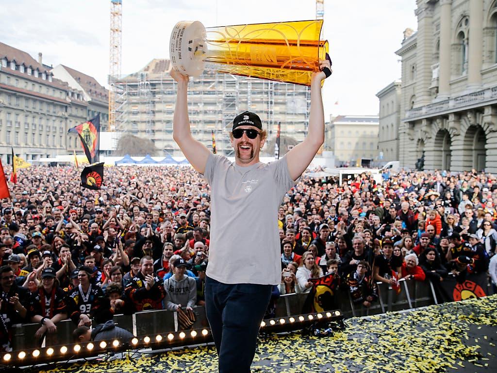 2016 liessen sich die Berner Spieler wie Justin Krueger auf dem Bundesplatz von ihren Fans feiern