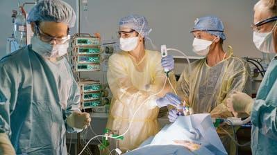 Eine Tracheotomie (Luftröhrenschnitt) wird bei einem Covid-19-Patienten durchgeführt. (Bild: Reto Ackermann/Zuger Kantonsspital)