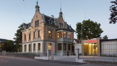 Die Villa Rosenheim in Diessenhofen wurde durch einen Neubau erweitert.Hier ein Einblick in den Kundenbereich. Oben links ist eine Installation des Künstlers Yves Netzhammer zu sehen: An der Stange des Minivisiers hängt ein gewöhnlicher Plastiksack .