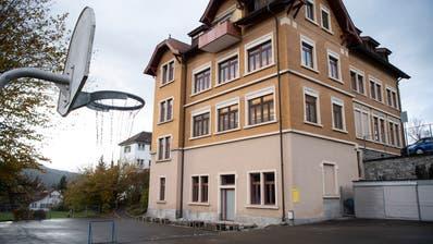 Das gelbe Gebäude ist eines der beiden alten Schulhäuser auf dem WittenbacherDorfhügel. (Bild: Ralph Ribi (5. November 2019))