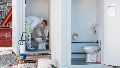 Vorbildlich: Reinigung der sanitären Anlagen auf einer Baustelle. (Bild: Alex Spichale)