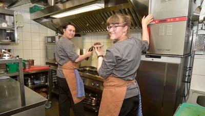 Carl Näther und Tabea Breiter bereiten in der Küche des «Giusi's» in Weinfelden die Take-Away-Gerichte vor. Als Liebespaar haben sie in der kleinen Küche auch keine Berührungsängste. (Bild: Mario Testa (Weinfelden, 23.04.2020))