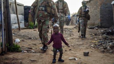 Ein Soldat patrouilliertinSoweto in Südafrika die Strassen um sicherzustellen, dass sich die Menschen an die Ausgangssperre halten. (Keystone)