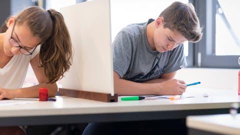 Schülerinnen und Schülerder Kantonsschule Glarus während einer Prüfung. (Bild: Gaetan Bally/Keystone)
