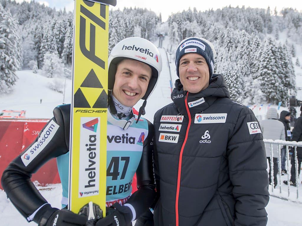 Der immer noch aktive Simon Ammann (links) und der damalige Coach Andreas Küttel im Dezember 2017 anlässlich des Weltcup-Springens in Engelberg