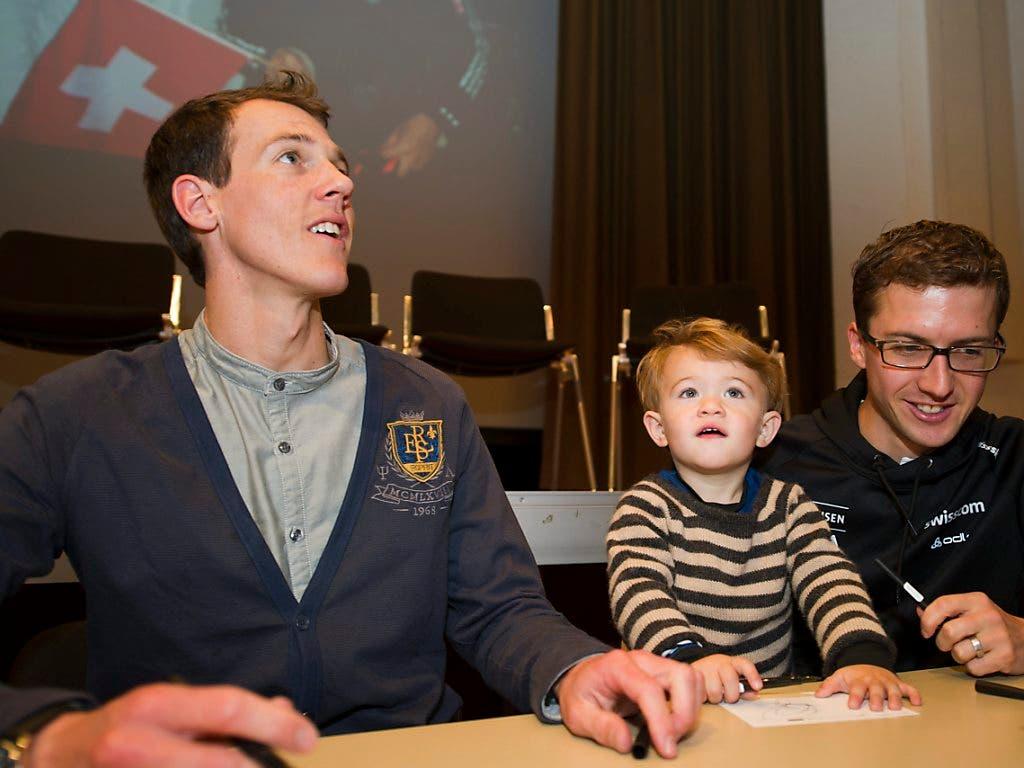 Andreas Küttel, sein Sohn Oliver und sein langjähriger Teamkollege Simon Ammann im Oktober 2011