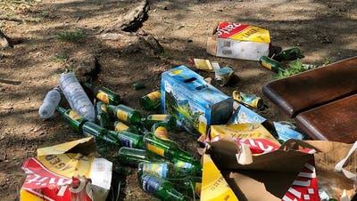 Überreste eines Trinkgelages: Dieses Bild lässt die Wogen auf Facebook hochgehen. (Bild: pd)