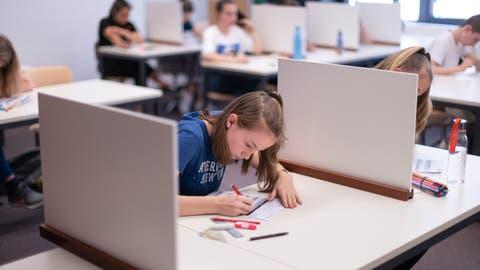 Schüler beim Ausfüllen einer Prüfung: Die Maturaprüfungen im Kanton Nidwalden finden nur schriftlich statt. (Symbolbild: Gaetan Bally / Keystone)